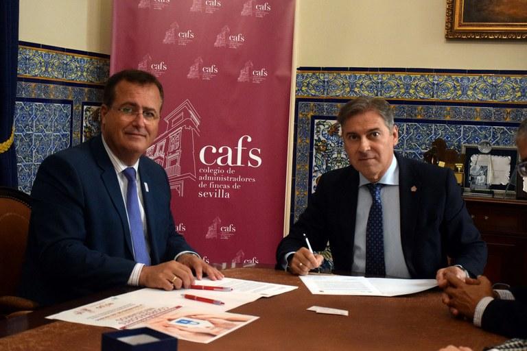 Imagen durante la firma del Convenio con el presidente del CAF Sevilla, Jose Feria